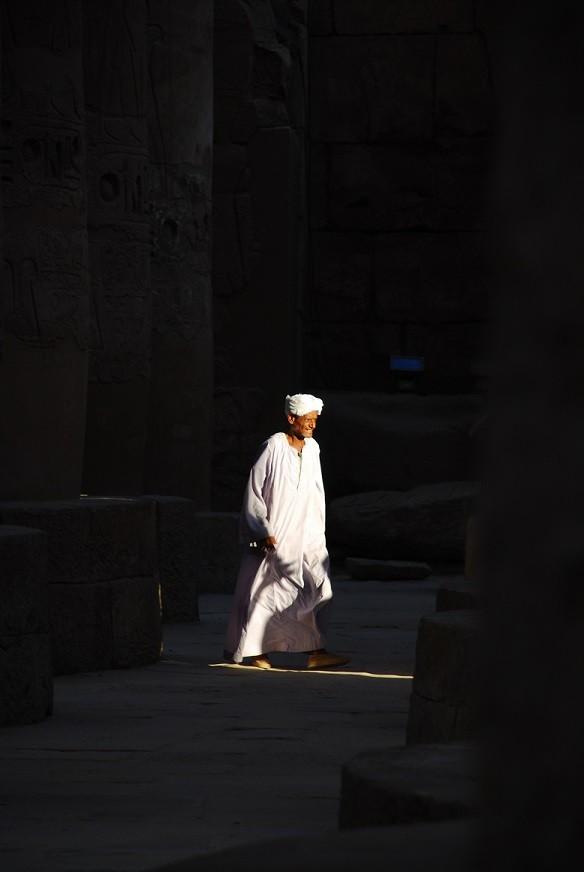 Egipt, spacer między kolumnami