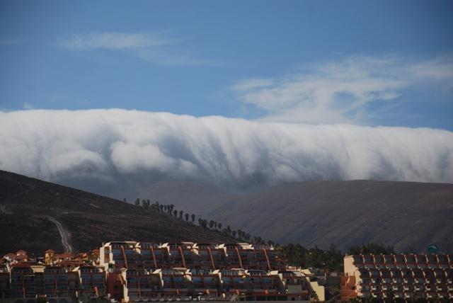 Lawina chmur nadciągająca nad Morro Jable na Fuerteventurze