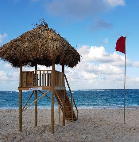 Jak bezpiecznie spędzać wakacje nad wodą?