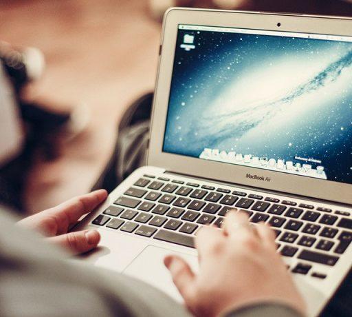 Jakie są zagrożenia korzystania z internetu na wakacjach?