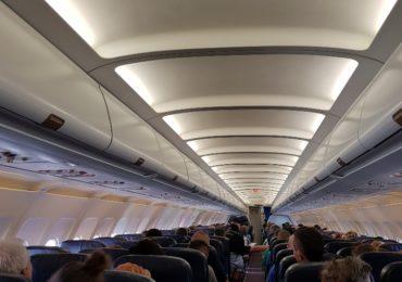 Długi lot samolotem - jak się przygotować?