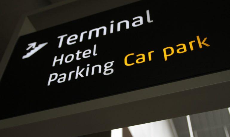 Parking przy lotnisku - jaki wybrać i gdzie?