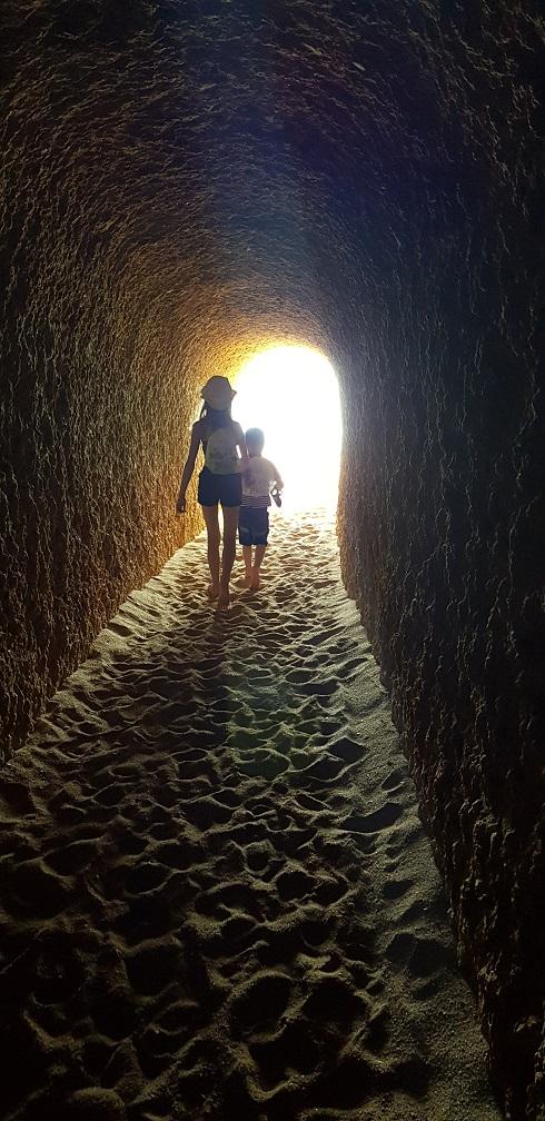 Algarve, Portugalia, tunel w klifie