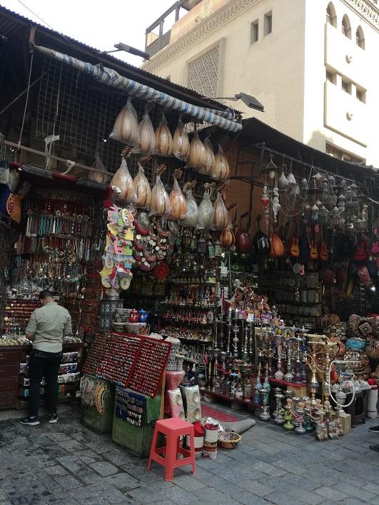 Egipt bazar z pamiątkami w Kairze duży wybór fajek shisha