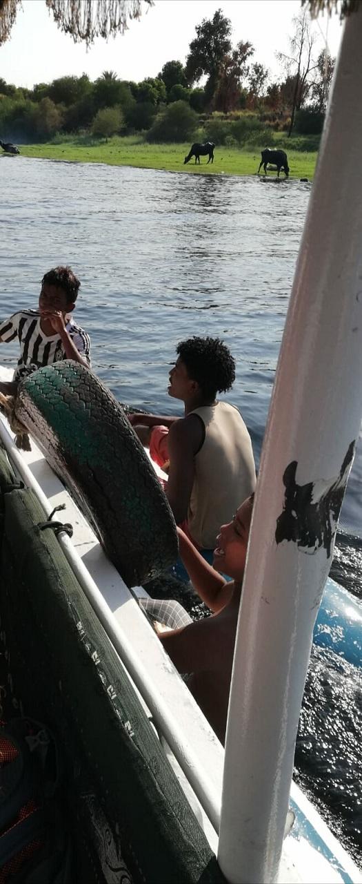 Egipt - rejs po Nilu - dzieci podpływające do statku