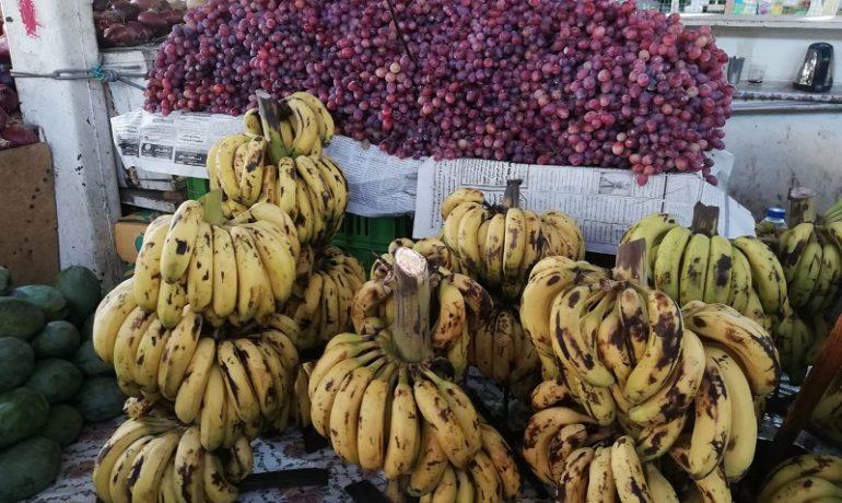 Egipt - targ w Hurghadzie - naturalne banany i winogrona