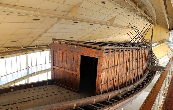 Łódź w muzeum przy Piramidzie Cheopsa