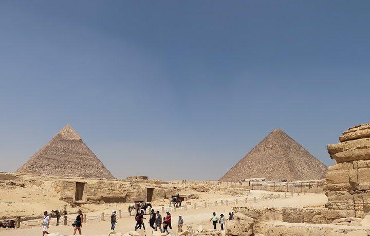 Egipt, turyści przy piramidach