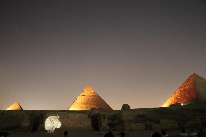 Egipt, Piramidy nocą,