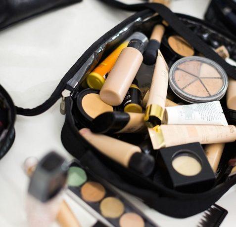 Jak przewozić kosmetyki w samolocie?