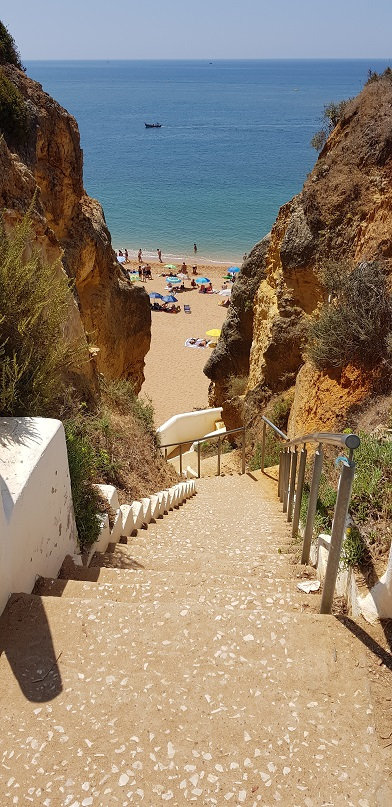 Algarve, Praia Nova, Portugalia, zejście z klifu
