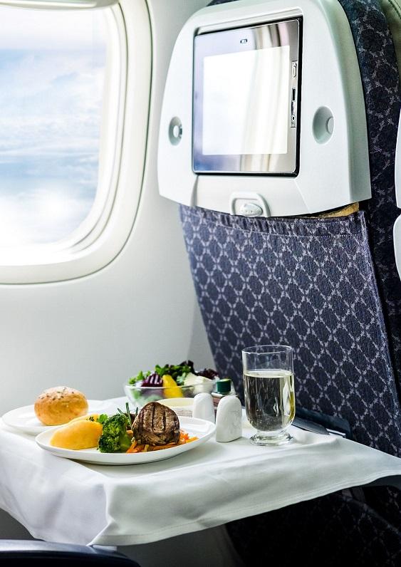 Pokład samolotu, jedzenie i picie