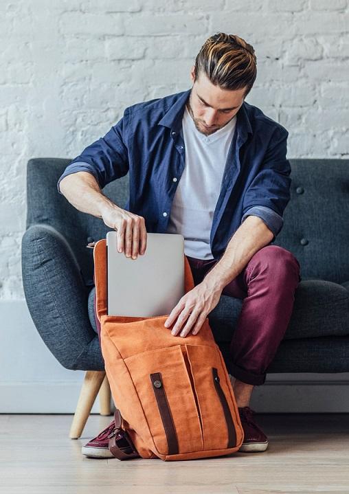 Laptop, podróż samolotem, plecak
