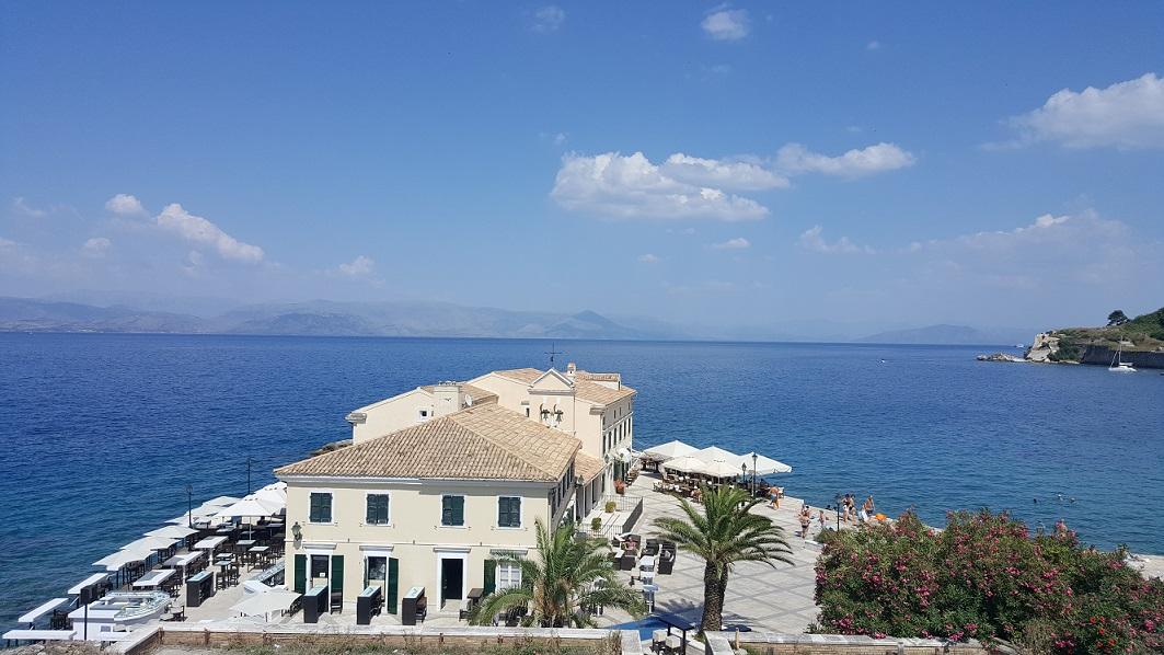 Korfu, spacer po stolicy, widok na morze
