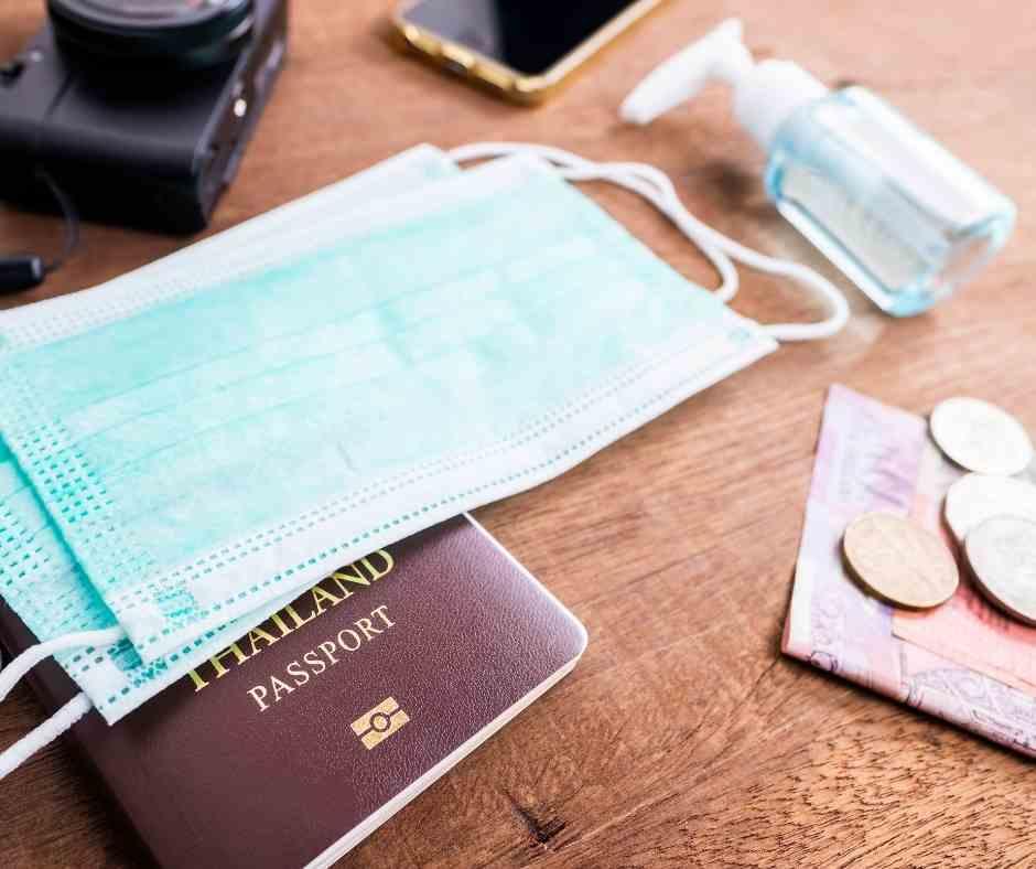 maseczka, paszport, żel antybakteryjny