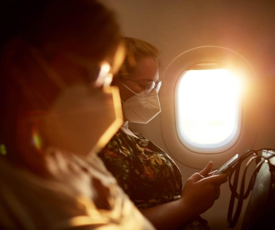 Maseczki, lot samolotem